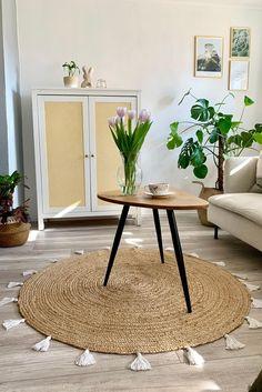 Mit einem DIY-Couchtisch und Schrank hat DeniseYume ihr Wohnzimmer kreativ gestaltet. Inspiration, Table, Furniture, Home Decor, Diy Coffee Table, Simple Diy, Closet, Living Room, Biblical Inspiration