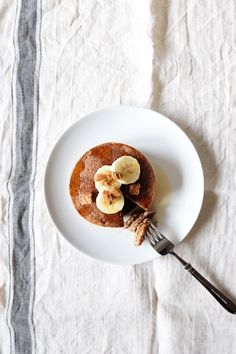 Pancakes don't have to be unhealthy, in fact they can be very healthy and satisfying. And because Christmas is slowly approaching I decided to take a little spin on the traditional vegan pancake re… Vegan Gluten Free, Vegan Vegetarian, Christmas Pancakes, Banana Milk, Vegan Kitchen, Non Stick Pan, Breakfast In Bed, 4 Ingredients, Treats