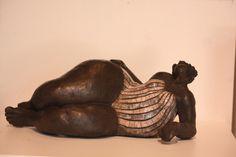 femme ronde allongée raku