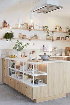 Lieu de convivialité par excellence, surtout quand elle est ouverte, la cuisine doit avant tout être bien équipée, ergonomique et disposer de nombreux rangements. Mais comment lui donner un style unique et harmoniser mais aussi fonctionnel et pratique ? Il suffit d'une dominante de blanc et de bois clair, de touches minérales et d'étagères décoratives pour inscrire la cuisine dans une ambiance nature et zen qui transforme tout l'espace. Découvrez comment aménager cette cuisine chaleureuse. Cuisines Design, Home Staging, Interior Design Kitchen, Home Decor Inspiration, Diy Home Decor, Sweet Home, New Homes, Furniture, Leroy Merlin
