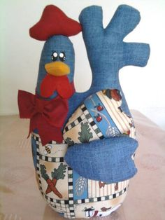 A smaller version would be a cute pincushion Sewing Toys, Sewing Crafts, Sewing Projects, Costura Diy, Chicken Crafts, Chickens And Roosters, Creation Couture, Farm Yard, Coq