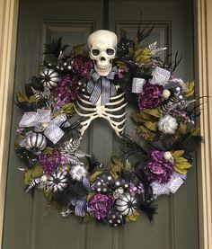 Skeleton Halloween Wreath Haloween Ideas, Halloween Inspo, Halloween Doll, Halloween Photos, Outdoor Halloween, Halloween Projects, Fall Halloween, Dollar Tree Halloween, Halloween Skeletons