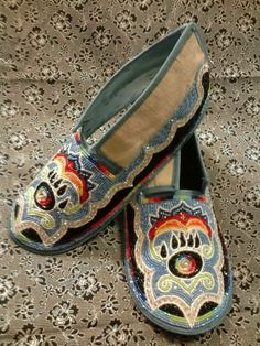 Very nicely stitched, when I enlarged it and scrutinized the placing of stitches and the tightening of bead placement, THESE are very well done. Powwow Beadwork, Powwow Regalia, Native Beadwork, Native American Regalia, Native American Beadwork, Beaded Moccasins, Beaded Shoes, Moccasins Mens, Indian Crafts