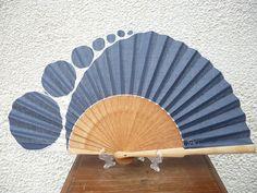 PARAGUAS Y ABANICOS PINTADOS A MANO PILAR VILLÉN Japanese Quilt Patterns, Japanese Quilts, Fan Decoration, Umbrellas Parasols, Fabric Dolls, Paper Cutting, Bag Accessories, Display, Fantasy