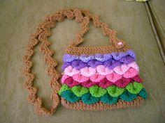 bolsinha multicolorida crochetada em lã usando o ponto crocodilo