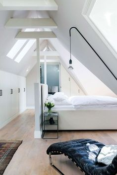 Mooiste slaapkamers op zolder Zolder als slaapkamer The post Mooiste slaapkamers op zolder appeared first on Arbeitszimmer Diy. Attic Bedroom Designs, Attic Bedrooms, Home Bedroom, Master Bedroom, Bedroom Decor, Bedroom Storage, Bedroom Ideas, Room Interior, Interior Design Living Room
