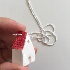 Collana lunga con piccola casa in ceramica modellata a mano