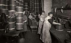 Joods geloof : Bakken van Joods Paasbrood / Matzes in de bakkerij van de fabriek Haan & Co. in Amsterdam voor de arme bevoking van Wenen, Nederland, 1920 : Vrouwen / arbeidsters zijn in de fabriek kartonnen dozen aan het maken waarin de pasgebakken Matzes vervoerd zullen worden.