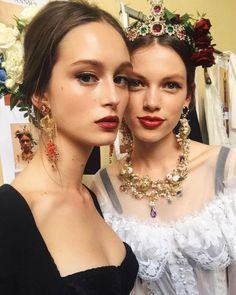 Batom vermelho belo + delineador para Dolce & Gabbana