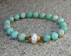 Artículos similares a wrist mala bracelet with genuine turquoise gemstone guru bead en Etsy