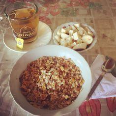 #healthybreakfast: porción de banano 🍌 con el propio queso 🧀 costeño bajo en sal, cereal #MusliCosechaRoja de @kelloggsus en leche de avena y con #AvenaEnHojuelas de @quakercolombia y té verde con #piña 🍍 de @tehindu y manzanilla de @lipton! Lipton, Queso, Cereal, Breakfast, Health, Food, Milk, Morning Coffee, Salud