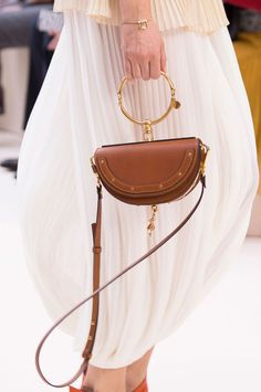 Modna kuća Chloé predstavila 'it' torbicu prolećne sezone Chloe Bag, Babysitting Bag, Blessing Bags, Charms, Bags 2017, Unique Purses, Brown Fashion, Latest Fashion Trends, Fashion Bags