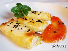 Rollitos crujientes de brie con mermelada de tomate