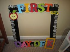 Under the Alphabet Tree: Back to School Finds =). Frame for those first day of school pics 1st Day Of School Pictures, First Day School, Beginning Of The School Year, School Photos, Kindergarten Pictures, Kindergarten First Day, Kindergarten Classroom, Kindergarten Checklist, Kindergarten Smorgasboard
