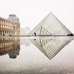 Paris est souvent photographié sous un soleil rayonnant et un ciel bleu azur. Mais cette photo est beaucoup plus forte, la pyramide du Louvre devant un brouillard épais, ce qui met en confrontation le palais du Louvre et ce monument contemporain.
