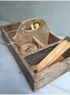 Précédent Servante en bois brut Servante en bois brut Servante en bois brut Servante en bois brut Servante en bois brut Servante en bois brut  Cette servante en bois brut peut être très utile au jardin ou à l'atelier, elle transportait les petits outils du bricoleur et est très solide . Son aspect brut et les inscriptions vieillies sur les planches avec lesquelles elle a été fabriquée, lui donne une patine unique ! C'est un bel objet d'art populaire ... L. 38 cm   l. 22 cm   H. 8 cm