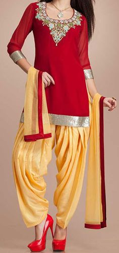 Patiala Salwar Kameez fashion is well liked Asian fashion trend. This collection includes latest designs of Indian style patiala salwar kameez punjabi suits. India Fashion, Asian Fashion, Indian Dresses, Indian Outfits, Punjabi Dress, Punjabi Suits, Embroidery Suits Punjabi, Indian Embroidery, Patiyala Dress