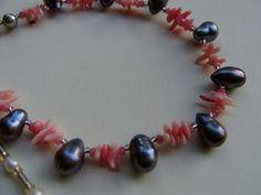 *Der zarte apricot Farbton der Engelshaut Koralle in Kombination mit dem edlen Lüster der Süßwasserperle in peacock und silbergrau schmeichelt dem Hau