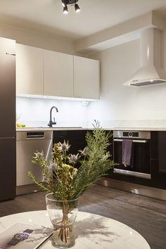 Asuntokaupat sokkona -ohjelmassa remontoitiin ensiasunto loistokuntoon! Avarasta ja kompaktista keittiöstä löytyy linjakkaat ja kevyet Lungo-vetimet. #asuntokaupatsokkona #nelonen #jakso6 #vetimet #vedin #sisustus #sisustussuunnittelu #keittiö #keittiösuunnittelu #Lungo #musta #valkoinen #profiilivedin #takakiinnitteinen #helatukku Kitchen Cabinets, Table, Furniture, Home Decor, Decoration Home, Room Decor, Cabinets, Tables, Home Furnishings