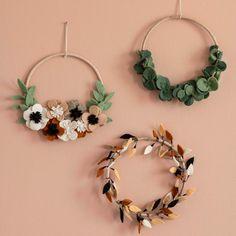 Felt Flower Wreaths, Felt Flowers, Holiday Crafts, Christmas Diy, Crochet Wall Art, Eucalyptus, Wall Hanger, Kidsroom, Diy Wreath