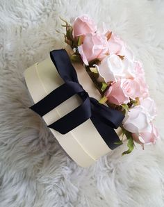 23 ideas for diy box flower gift wrapping Hat Box Flowers, Diy Flower Boxes, Flower Box Gift, Box Roses, Fake Flowers, Diy Flowers, Artificial Flowers, Bouquet Box, How To Make Rose