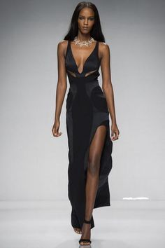 Another Haute Couture Paris fashion week kicked off tonight with the Atelier Versace fashion show for their new Spring/Summer 2016 collection. News Fashion, Trend Fashion, Runway Fashion, High Fashion, Fashion Show, Womens Fashion, Fashion Design, Fashion Spring, Fashion Hair