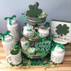 Rae Dunn St Patrick's Day display- lucky, gold, kiss me St Patrick's Day Crafts, Holiday Crafts, Holiday Decor, Holiday Ideas, Seasonal Decor, Sant Patrick, St. Patricks Day, Diy St Patricks Day Decor, St Patrick's Day Decorations