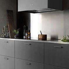 """Frontapply.se på Instagram: """"Mörk skönhet från Ballingslöv. Peppargrå luckor med svarta handtag 0143 och rostfri bänkskiva. Beauty —————————————————————— #kökshandtag…"""" Kitchen Furniture, Kitchen Dining, Kitchen Cabinets, Dining Room, Outdoor Furniture, Cool Kitchens, Interior, Table, House"""