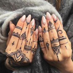 Frau mit Fingertattoos auf den beiden Händen, indische Henna Tattoo Style mit vielen Punkten in schwarz