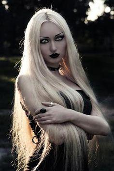 Hermosa rubia gótica.