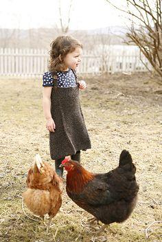 Küçük çiftçi tavuklarını beslemeye çıkmış.<3