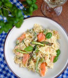 Na wczorajszy obiad przygotowałam makaron z wędzonym łososiem i szparagami 💚 Przepis jest już na blogu, a link w bio 👌Ostatnio bardzo szparagowo u nas 😉 . #foodstyling #foodblogger #foody #yummy #yummyyummy #losos #szparagi #asparagus #bazylia #wino #wine #winegram #pasta #wloskakuchnia #makaron #dinneroftheday #dinner #f52grams #buzzfeedtasty #foodie #instafood #instafoodgram Pasta Noodles, Pasta Recipes, Pasta Salad, Potato Salad, Curry, Potatoes, Ethnic Recipes, Bulgur, Asparagus