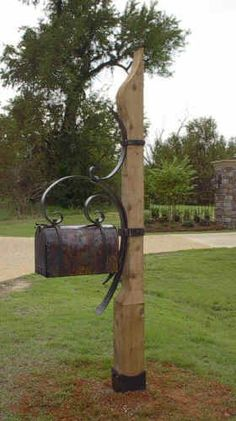 The Highlands Mailbox – Inspired by the Blount Cultural Park sign, this mailbox post is handcrafted from a sculpted cypress beams 10 feet tall. The mailbox is large rural box, clad in copper. Metal Projects, Outdoor Projects, Home Projects, Outdoor Decor, Rustic Mailboxes, Unique Mailboxes, Diy Letter Boxes, Diy Letters, Mailbox Landscaping
