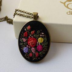 Medalion z kwiatowym haftem.-Diuu biżuteria artystyczna, biżuteria handmade