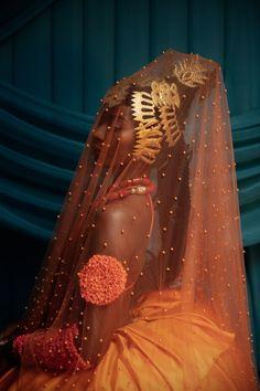 "È Wá Wo Mi . ""Come Look At Me"" . A visual series caotured by Nigerian photographer Lakin Ogunbanwo. Paying homage to Nigerian Bridal… Nigerian Bride, Nigerian Weddings, Fotografie Portraits, Igbo Bride, Wow Photo, Pose, Black Girl Aesthetic, Art Plastique, New Wall"