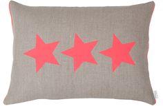 Hingucker: Leinenkissen mit drei grafischen Sternen in neon bedruckt.