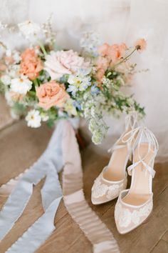 Wedding shoes and floral details with warm and whimsical pink shades for your elegant bridal style. #elegantbridalstyle #elegantbridalinspiration #weddinginvitations #weddingflatlay #weddingdetails