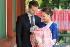 神社で赤ちゃんを抱くお宮参りの夫婦