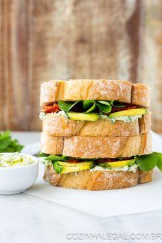 Esta procurando por uma receita de sanduíche rápido, fácil e que substitua uma refeição completa, sua busca acaba aqui! Esse sanduíche de abobrinha, tomate seco, rúcula e manjericão é exatamente o que você esta desejando. | cozinhalegal.com.br
