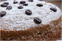 Una sofficissima torta da gustare a colazione con un bel cappuccino ma anche durante la pausa caffè in compagnia di un espresso e magari un ciuffo di panna montata. La preparazione è delle più semplici e in pochi gesti avrete a disposizione una coccola profumata e deliziosa. La ricetta nasce da un'idea senza latte e derivati e la mia versione è anche senza glutine. Adatta a tutti dunque!