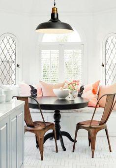 banquette de table, table ronde et chaises tolix couleur miel