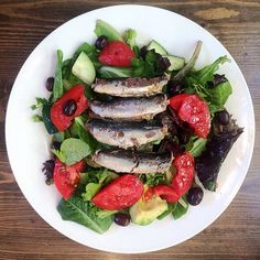 We can feel the warm Mediterranean sun in this photo! For some dinner inspiration, get inspired by @gratefulkitchenette's #WildPlanet sardine salad with olives, garden tomatoes, cucumber, avocado and lemon-mustard dressing.