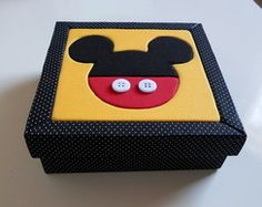 Caixa Mickey Mouse Mickey Mouse Quilt, Minnie Mouse, Regalos Mickey Mouse, Styrofoam Crafts, Surprise Box, Mickey Party, Diy Box, Painting On Wood, Decoupage