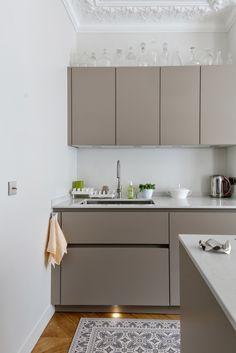 Kitchen Cabinet Ideas for your new kitchen Beige Kitchen Cabinets, Taupe Kitchen, Diy Cabinets, Painting Kitchen Cabinets, Home Decor Kitchen, Interior Design Kitchen, New Kitchen, Home Kitchens, Stylish Kitchen