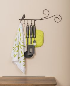 Perchero pájaro - Código: 6531 Medidas: 43 x 3 x 16 cm Color y acabado: Acero pintado - Blanco, Negro y Cobrizo  Usalo en tu cocina, habitación, oficina o donde a ti te guste.