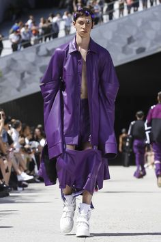 It has always been said that for a designer to truly prove his worth in the fashion world, he must come to Paris. Designer Shayne Oliver, of the brand Hood by Air, has taken up this challenge with ...