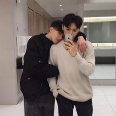◜ ˗ˏˋ🍓ˎˊ˗ ◞ 𝒑𝒊𝒏𝒕𝒆𝒓𝒆𝒔𝒕: 𝒑𝒉𝒚𝒐𝒌𝒂 Couple Ulzzang, Korean Boys Ulzzang, Cute Korean Boys, Ullzang Boys, Boys Like, Lgbt Couples, Cute Gay Couples, Gay Aesthetic, Couple Aesthetic