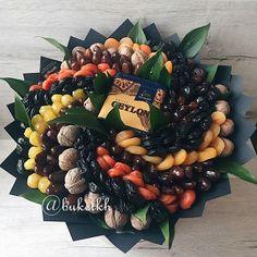 """ВКУСНЫЕ БУКЕТЫ.ХАРЬКОВ/ДЕРГАЧИ в Instagram: «Приятного чаепития и не только 🙈 #buketkhизсухофруктов 1-й """"малыш"""" d-32 см 🤤 ассорти сухофруктов+чай - 800 грн 2-й к коробочке Xl d-26 см…» Fruit Gifts, Food Gifts, Fruit Sec, Food Bouquet, Chocolate Flowers Bouquet, Edible Bouquets, Homemade Gifts, Fresh Fruit, Gift Baskets"""