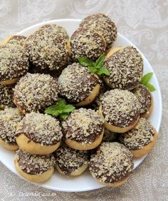 Fursecuri cu nuca - Desert De Casa .ro - Maria Popa Biscotti, Romania, Cookie Recipes, Cupcakes, Sweets, Cookies, Humor, Food, Sweet Treats