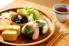 和プレートで朝食 : おにぎり・カブの炒め物・黒豆(市販品)・大根のお漬物・卵焼き、フルーツのワンプレートごはん | 写真部@部長日記